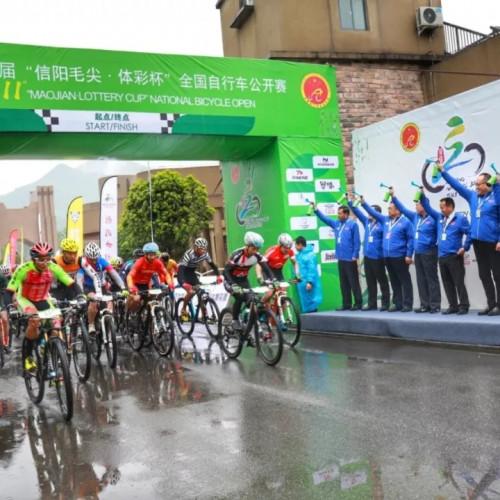 信阳第十一届全国自行车公开赛在鸡公山鸣枪,众骑手冒雨踏征程!