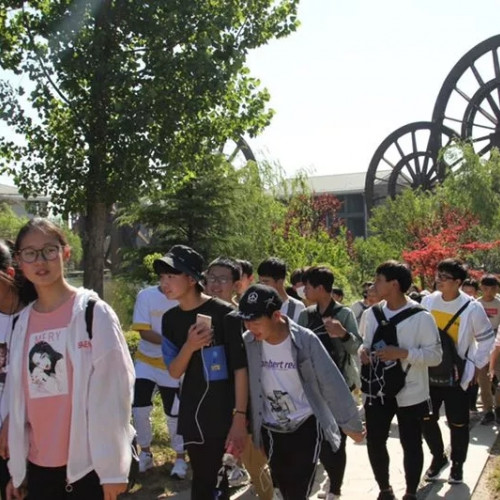 千人研学团队走进嵖岈山