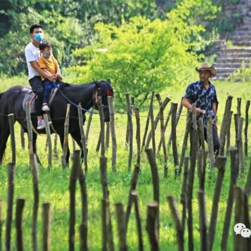 南漳春秋寨欢迎全国各地的朋友来做客,感受大自然的鬼斧神工