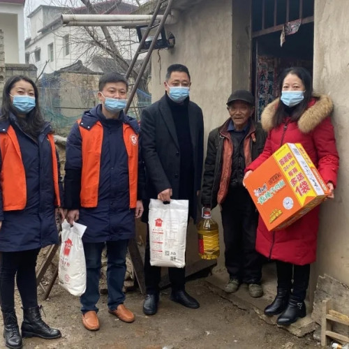 信阳灵山风景区组织志愿者走访慰问社区困难群众